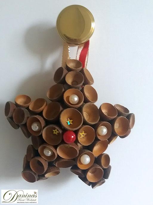 Handgefertigter Stern mit Eicheln-Kapseln, Zierperlen und Zierband. Ideal als Geschenk, Herbst Dekoration oder Weihnachtsdeko. Mehr selbstgemachte Dekoartikel aus Naturmaterialien finden Sie auf meiner Website.