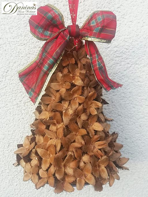 Handgefertigte Glocke mit Bucheckern und karierter Zierschleife. Ideal als Geschenk, Herbst- oder Weihnachtsdeko. Mehr selbstgemachte Dekoartikel aus Naturmaterialien finden Sie auf meiner Website.