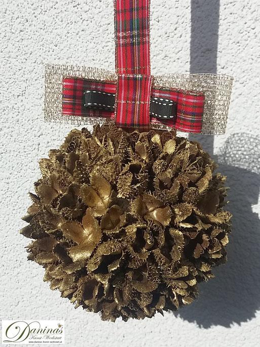 Handgefertigte Bucheckern-Kugel mit Goldlack und Karo-Schleife. Ideal als Geschenk und Weihnachtsdeko. Mehr selbstgemachte Dekoartikel aus Naturmaterialien finden Sie auf meiner Website.