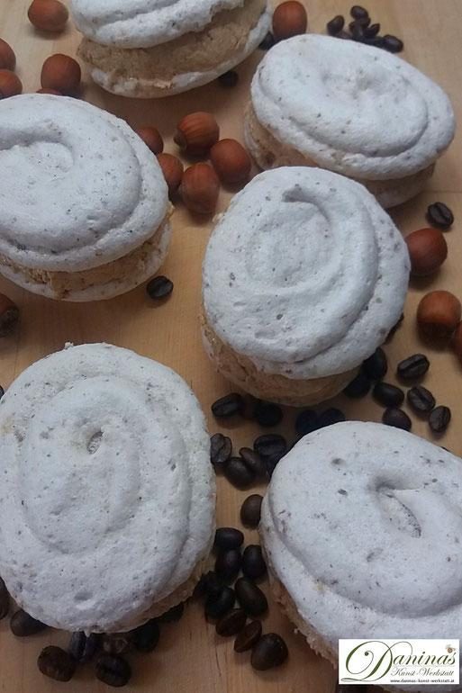 """Meringue mit Buttercreme Rezept. Weihnachtsdessert """"Skubanki"""" mit Nuss Baiser und feiner Kaffeecreme. Konditor-Rezept by Daninas Dad."""