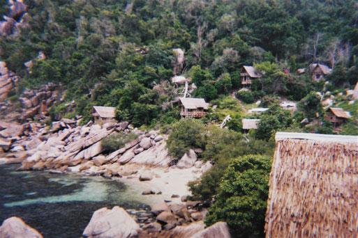 Oberes Bild: 1996: Die Laem Thian-Bucht zum sundown; Unteres Bild: 1995: Blick auf die Bungalowanlage, Koh Tao, Thailand (Fotos Jörg Schwarz)
