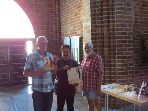 Mitarbeiter der Stadt Neubrandenburg nehmen die Auszeichnung in empfang.