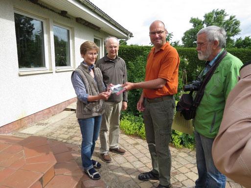 Überreichen der Plakette durch den NABU-OG Vorstand. Am Haus befinden sich 8 Kunstnester und 3 Naturnester. Selbstverständlich ist auch der Garten Vogelfreundlich angelegt.