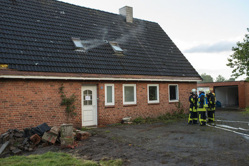 Es wurde eine Tür auf der Rückseite aufgebrochen, so dass der Angriffstrupp zur Personenrettung vorgehen konnte.