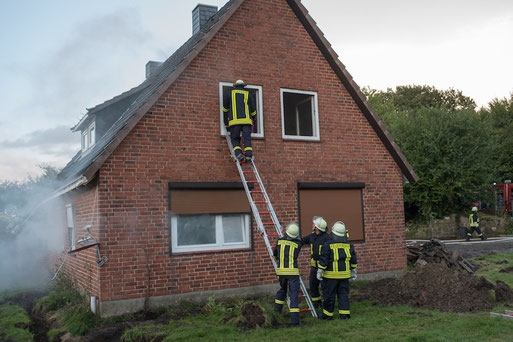 Neben der Rettung durch das Gebäude wurde auch von außen zur Personenrettung vorgegangen.