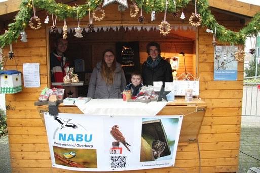 Silke Heeke und Familie Meier vom Arbeitskreis Vogelschutz verkaufen Nistkästen, Plätzchen, Apfelmus und Dinkelkissen für den AK Vogelschutz.