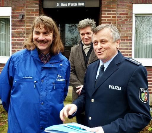 Josef Tumbrinck bei der Übergabe der Urkunde an Herrn Helmut Wälter, dem stellvertretenden Leiter des Landesamtes der Polizei NRW