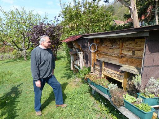 Dieter Gairing an seinem Wildbienenstand | Bild: Dr. Wolfgang Rapp