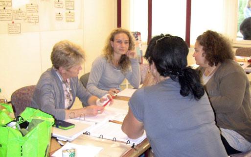 Hundetrainerinnen lernen in einem Kurs bei cumcane familiari in Gruppenarbeit