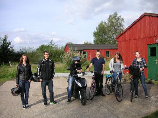 """Gruppe im Umweltzentrum beim Aufbruch nach der Gruppenstunde - man beachte die Motorradkleidung: die meisten sind inzwischen volljährig! Wir brauchen dringend neue """"NAJUs"""". Melde Dich."""