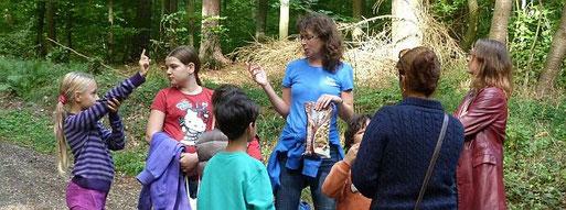 Große und kleine Teilnehmerinnen an einer Walderlebnisführung