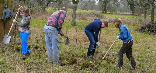 Eine Jugendgruppe beim Teichbauen - noch ganz am Anfang!