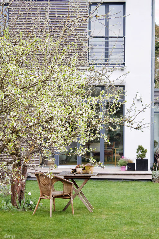 dieartigeBLOG - GARTEN // Pflaumenblüte, Sitzplatz, Modernes (Holz)Haus