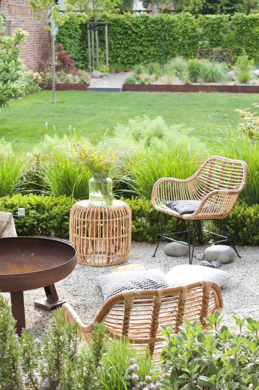 dieartigeBLOG - Rattan-Sessel, Rattan-Hocker Kies-Terrasse, Feuerschale, Garten, Wiesenblumen, Steppengarten