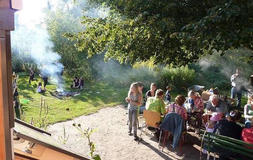 Zum Sommerfest in der Ökolaube locken der Duft von Grill, Stockbrot über dem Lagerfeuer und Lehmbackofen. Und das Wetter ist meistens prächtig zum Plausch im Ökogarten.
