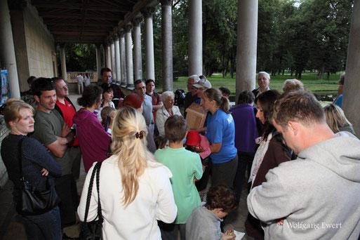 Fledermausnacht August 2012 an der Potsdamer Friedenskirche: Christiane Schröder vom KV-Vorstand gibt den Gästen Erläuterungen während des Wartens auf die nächtlichen Flieger.