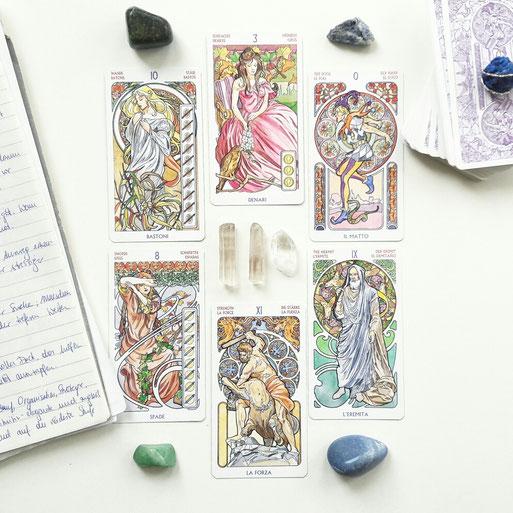 Neues Legemuster: Interview mit neuen Tarotkarten.