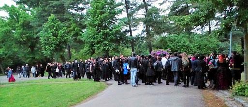 """NABU-Exkursion auf dem Südfriedhof: Rund 250 WGT-Teilnehmer informierten sich über """"Lebendige Friedhöfe"""". Foto: Beatrice Jeschke"""