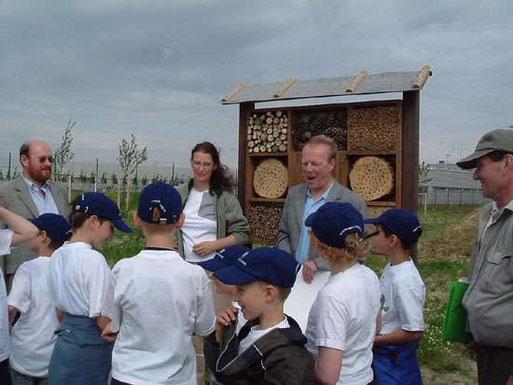Die NABU-Schülergruppe und BMW-Vertreter vor der Insektenwand.