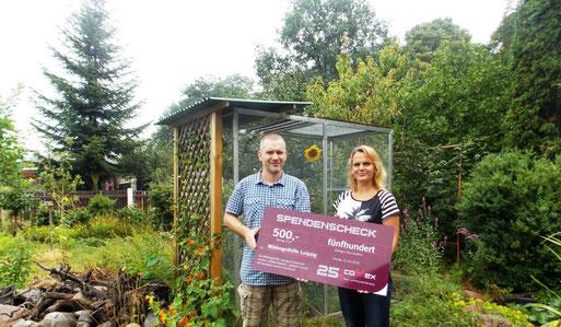 500 Euro für die Wildvogelhilfe des NABU Leipzig. Susann Richter von der Fa. Connex (rechts) überreichte den symbolischen Spendenscheck an Karsten Peterlein vom NABU Leipzig. Foto: Connex