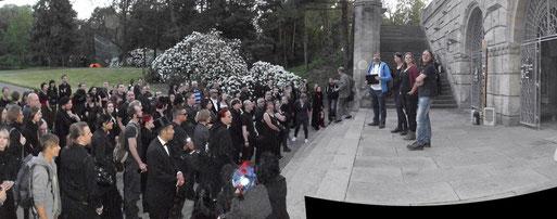 Vor dem Kolumbarium erläuterten die Fledermausexperten Andreas Woiton, Tina Kopetzki und Katharina Wollschläger (v.r.n.l.) den weiteren Verlauf des Abends.  Foto: Carola Bodsch