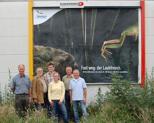 """NABU-Plakat-Kampagne 2009, hier ein Beispiel aus Lohne: """"Fast weg: der Laubfrosch""""; von links: Christoph Beck, Siegfried Tilgner, Ludger Frye, Michaela Südbeck, Norbert Völker, Gerd Kauert vom NABU Lohne"""