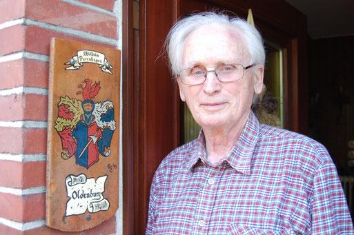 Wilhelm Purrnhagen neben seinem Wappen; Foto: Ludger Frye 2008