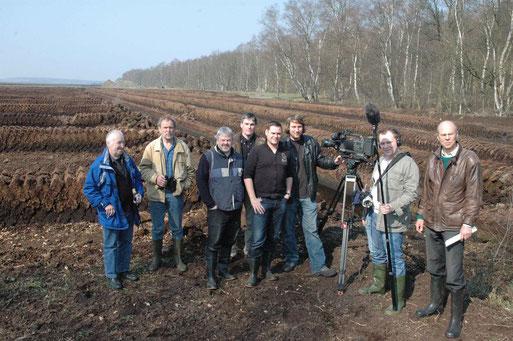 Konflikt Klimaschutz und teils illegaler, industrieller Torfabbau im Lohner- / Aschener Moor; v.l.: R. Grösch, B. Averbeck, L. Frye und TV-Team von RadioBremen ; Foto: D. Tornow 2007