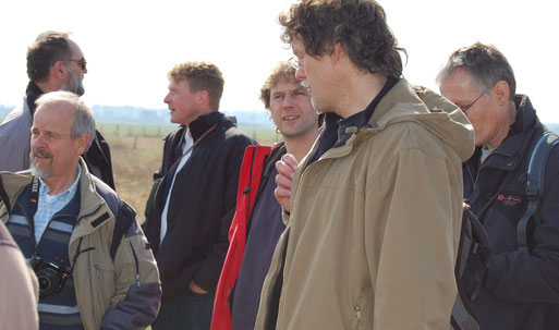 Sehr zufrieden mit AmphiKult-Fortschritt v.l.: R. Podloucky (NLWKN-Naturschutz), Dr. H. Buschmann (NABU-Landesvorsitzender / Initiator von AmphiKult), J. Kanzelmeier (Stiftung Naturschutz DH), Projekt-Koordination Dr. M. Richter (NABU Nds); Foto Frye 2011