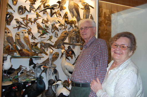 Wilhelm Purrnhagen mit seiner Frau vor seiner Schauvitrine im Quellenweg, Oldenburg.  Foto: Ludger Frye 2008