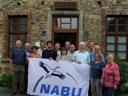 Vorstandsmitglieder der NABU-Gruppen, NABU-Landesvorsitzender Siegfried Schuch und Jonas Krause-Heiber, Leiter der Regionalstelle vor dem Naturschutzzentrum Westerwald in Holler
