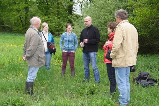 Thomas Hövelmann erläutert den Wert der Feuchtwiese Bild: Joachim Eberhardt