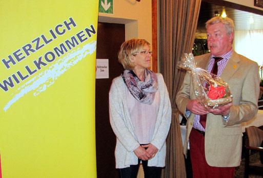 Ulrich Baschke begrüßt Andrea Zohback als 1000. Mitglied.