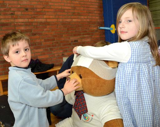 Geschickt übernahmen Nils und Elli die Erstversorgung des Erste-Hilfe-Teddys.