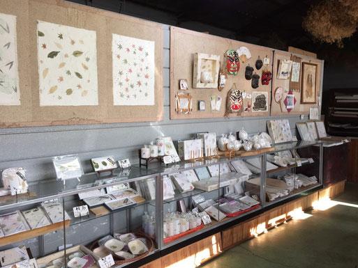 和紙製品が並ぶ工房に隣接した販売所