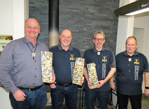 Heinz Wälti, Heinz Roos  und Daniel Graf erhalten für 40 Jahre Aktivmitgliedschaft als Pontonier eine Flasche Zunftwein aus den Händen des Zunftmeisters.