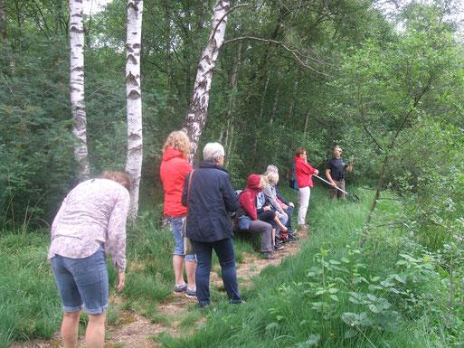 Das Foto zeigt die Gruppe mit K. Fuhrmann (hinten rechts) am großen Teich im Herzen der Torfmöörte