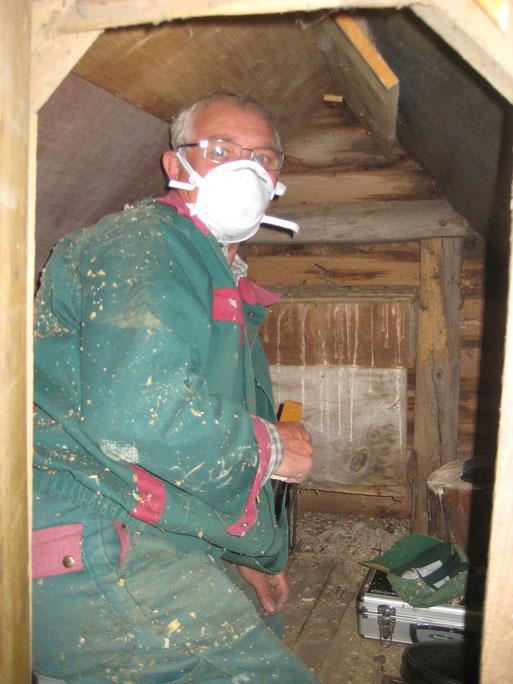 Die Säuberung der Eulenkästen erfordert eine Atemmaske zum Schutz gegen schädliche Pilzsporen und Staubpartikel