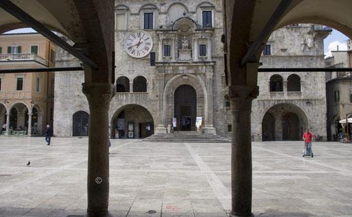 der erste Blick über die Piazza del Popolo auf den Palazzo dei Capitani