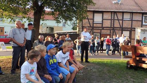 Aufmerksam lauschten nicht nur die Älteren den Ausführungen des Bürgermeisters Herrn Könnecke