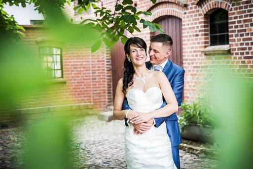 Heirat im Standesamt Pritzwalk. Hochzeit im Kuhstahl auf Dahses Erbhof in Gloevzin. Hochzeitsfotograf aus Wittenberge (Prignitz).