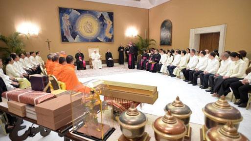 Le Pape a reçu au Vatican mercredi 16 mai des délégations de moines bouddhistes et de représentants des religions dharmiques.  (Vatican Media)
