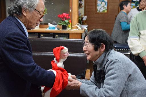 2017年12月24日(日)のクリスマス賛美礼拝の直後、教会の2階に眠っていたサンタさんが皆と再開しているところです