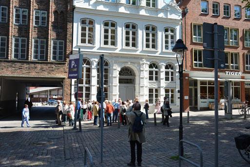 Literaturtouristen vor der Fassade des Lübecker Buddenbrookhauses, Quelle: R. Knipp 2014