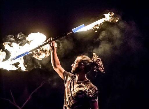 Feuershows und Feuerkünstler, akrobatische Inszenierungen
