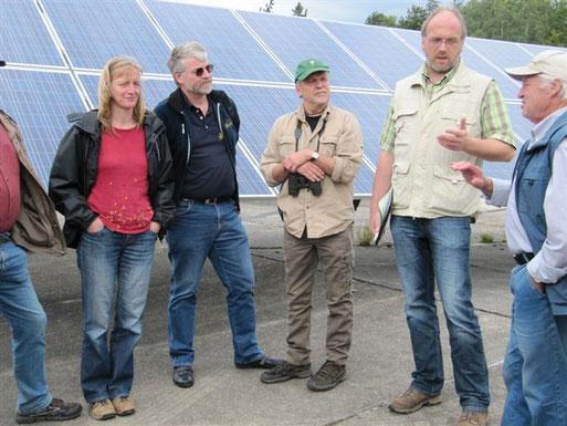 Dietmar Simmering und die Gäste aus Braunfels diskutieren den Amphibienschutz am Solarpark