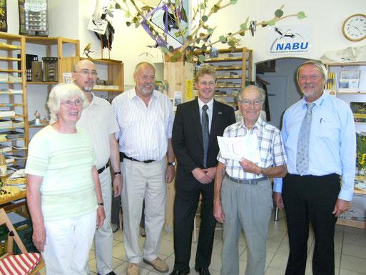 Mitgliederehrung anlässlich der Feierlichkeiten zum 15jährigen Bestehen des NABU-Umweltzentrums Cuxhaven durch den NABU-Landesvorsitzenden Dr. Holger Buschmann und Dr. Hans-Joachim Ropers