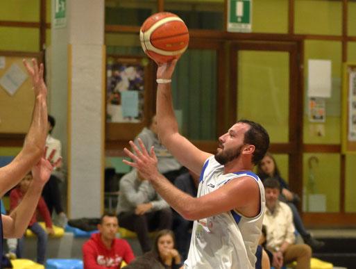 Giorgio Fea MVP del match con una doppia-doppia da 15 punti e 13 rimbalzi, conditi da 5 assist - Guido Fissolo ph