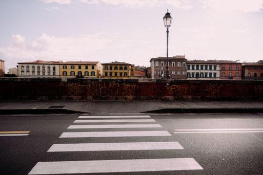 Leere italienische Straße (Pisa) Foto: Barnimages