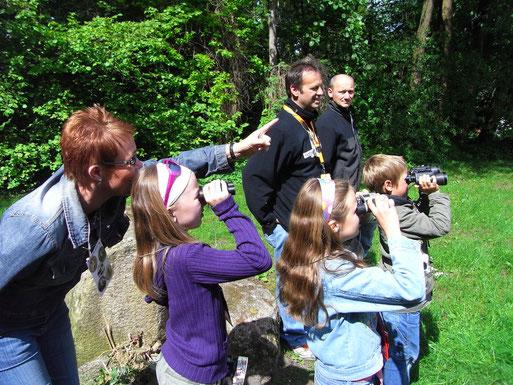 """Vögel beobachten für Familien - hier """"Stunde der Gartenvögel"""". Aktion des NABU Steinfeld 2009; Foto: Jutta Alberts"""